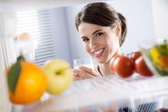 Frau, die ein Glas Milch isst Stockbilder