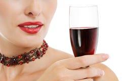 Frau, die ein Glas Rotwein anhält Stockfotos