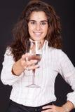 Frau, die ein Glas Wasser anhält stockfotografie