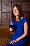 Frau, die ein Glas Wein genießt Stockbilder