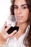 Frau, die ein Glas Wein trinkt stockfoto