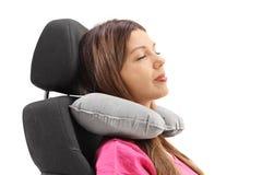 Frau, die ein Halskissen verwendet und auf einem Sitz stillsteht stockfoto