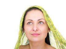 Frau, die ein Halstuch trägt Stockbild