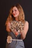 Frau, die ein Herz anbietet lizenzfreie stockbilder