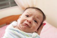 Frau, die ein hispanisches neugeborenes Schreien hält Stockfoto