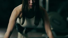 Frau, die ein Hochdrückung Übung an in einer Turnhalle tut stock video