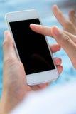Frau, die ein intelligentes Telefon verwendet Stockfoto