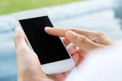 Frau, die ein intelligentes Telefon verwendet Lizenzfreies Stockfoto