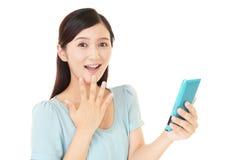 Frau, die ein intelligentes Telefon verwendet Stockbild