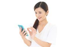 Frau, die ein intelligentes Telefon verwendet Lizenzfreies Stockbild