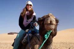 Frau, die ein Kamel reitet stockfoto