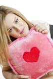 Frau, die ein Kissen anhält Lizenzfreies Stockfoto