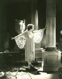 Frau, die ein Kleid hergestellt von den Perlen modelliert stockbild