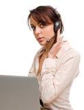 Frau, die ein Kopfhörerhören trägt stockbild