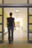 Frau, die ein Krankenhaus betritt Stockbild