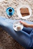 Frau, die ein Lebensmittel selfie ihres Frühstücks nimmt Lizenzfreie Stockfotos
