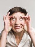 Frau, die ein lustiges Gesicht bildet Lizenzfreies Stockbild