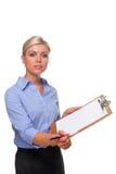 Frau, die ein Marktstudieklemmbrett herausgeschnitten anhält. Lizenzfreies Stockfoto