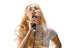 Frau, die in ein Mikrofon singt stockfotos