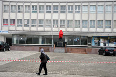 Frau, die ein Monument von Adem Jashari in der Mitte von Dragash aufpasst Stockfotografie