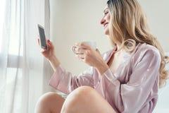 Frau, die ein Morgen selfie mit Telefon tut Stockbild