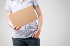 Frau, die ein Pappzeichen hält Lizenzfreie Stockfotos