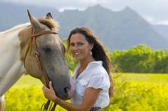 Frau, die ein Pferd anhält Stockfotografie