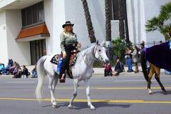 Frau, die ein Pferd reitet Stockbild