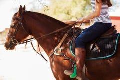 Frau, die ein Pferd reitet Stockfoto