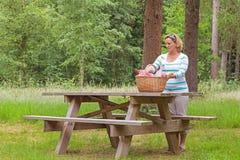 Frau, die ein Picknick vorbereitet Stockfoto