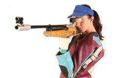 Frau, die ein pneumatisches Luftgewehr zielt stockfotos