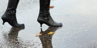Frau, die in ein Pool des Wassers tritt Stockfoto