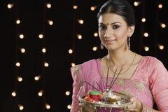 Frau, die ein puja thali auf Diwali hält lizenzfreie stockfotografie