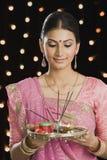 Frau, die ein puja thali auf Diwali hält stockfoto