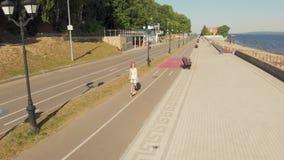 Frau, die ein Rollerfreien im Sommer reitet Luftschie?en stock video