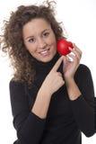 Frau, die ein rotes Inneres anhält lizenzfreies stockfoto