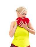 Frau, die ein rotes Inneres anhält lizenzfreie stockfotos