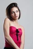 Frau, die ein rotes Korsett trägt stockfotos