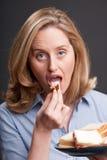Frau, die ein Sandwich isst Stockfoto