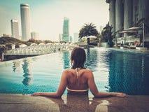 Frau, die ein Schwimmen genießt Stockfotos