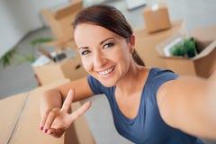 Frau, die ein Selbstporträt in ihrem neuen Haus nimmt Lizenzfreie Stockfotografie