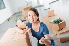 Frau, die ein Selbstporträt in ihrem neuen Haus nimmt Lizenzfreie Stockfotos