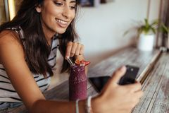 Frau, die ein selfie für ihr Blog nimmt Lizenzfreie Stockbilder