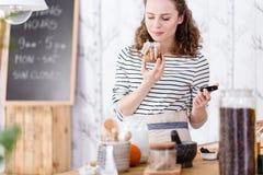 Frau, die ein skincare Produkt hält lizenzfreie stockbilder