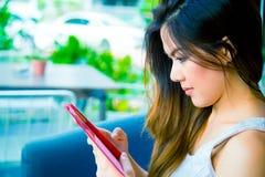 Frau, die ein smartphone verwendet Stockbilder