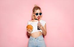 Frau, die ein Soda trinkt stockfotos
