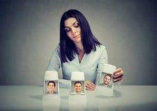 Frau, die ein Spiel des beschwörenden Tricks trifft eine Freundwahl spielt Lizenzfreies Stockfoto