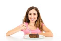 Frau, die ein Stück des Schokoladenkuchens isst Lizenzfreie Stockfotos