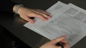 Frau, die ein Steuerformular ergänzt stock footage