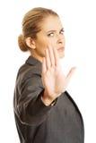 Frau, die ein Stoppschild mit ihrer Hand macht Stockfotos